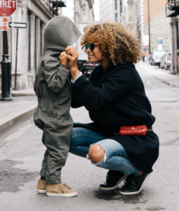 About you: Mother with child in the city